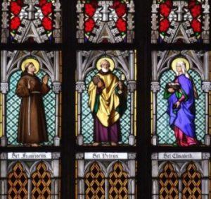 Witraż z Katedry św. Wita w Pradze. Święci: Franciszek, Piotr, Elżbieta